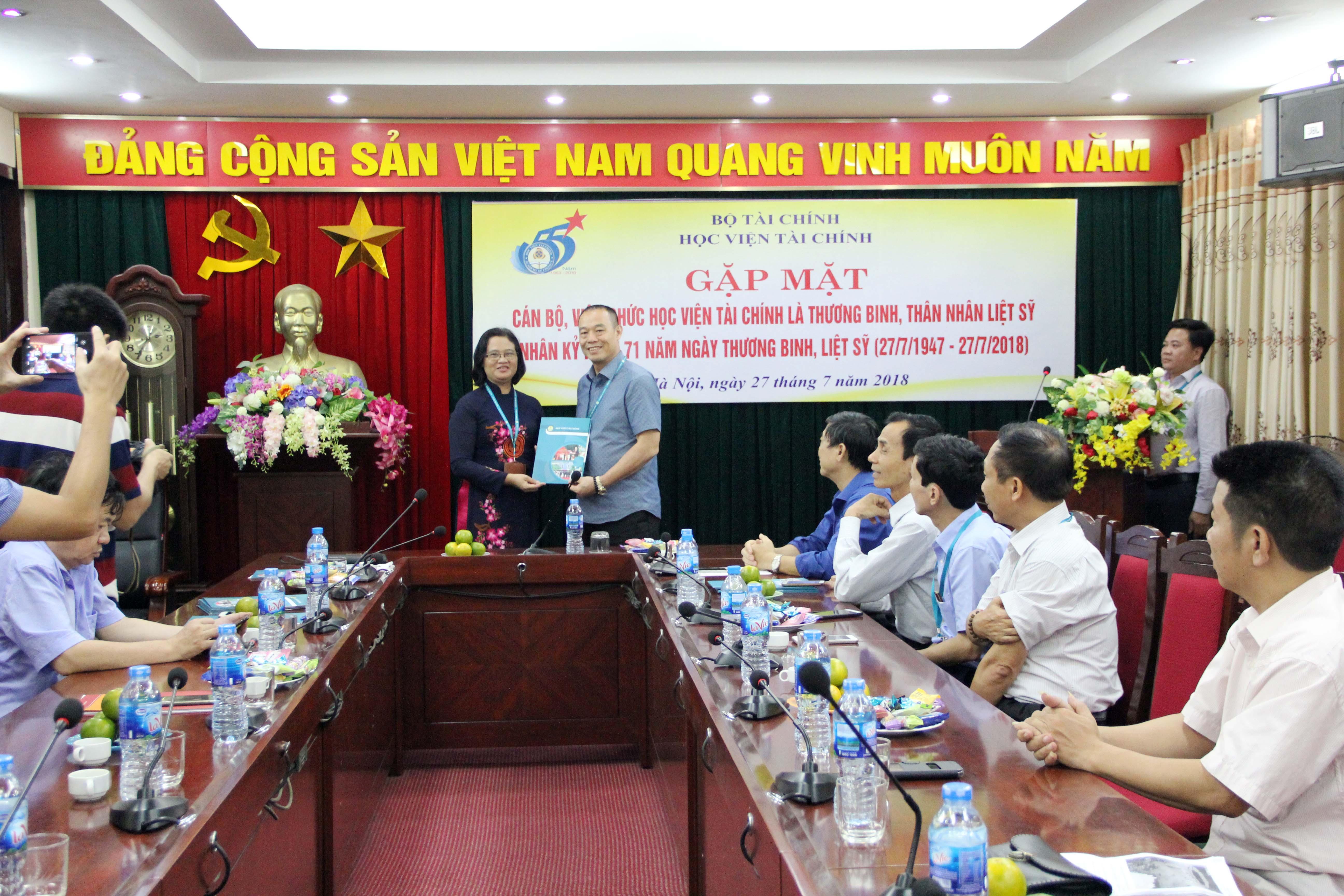 PGS., TS. Trương Thị Thủy đại diện Đảng ủy, Ban Giám đốc Học viện